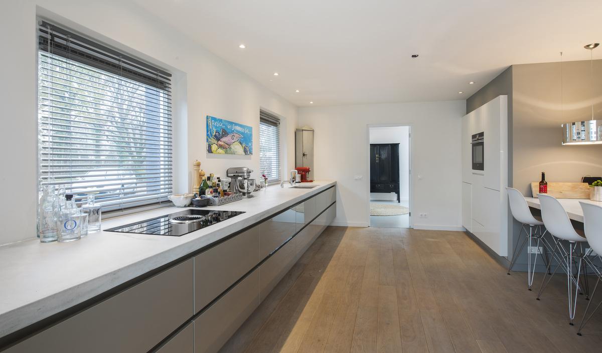 Witte Keuken Betonnen Blad: Witte keuken met betonnen blad.