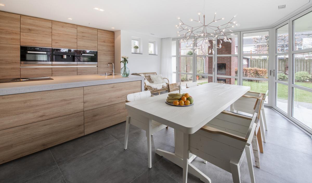 Moderne keukens van diessen keukens veldhoven - Foto grijze keuken en hout ...