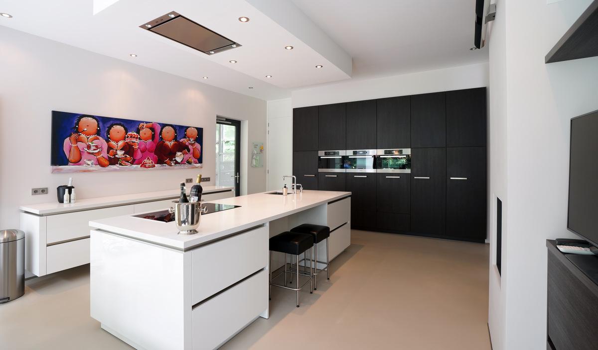 Zwevende Keuken Showroom : Moderne Keukens van Van Diessen Keukens kenmerken zich door een strak