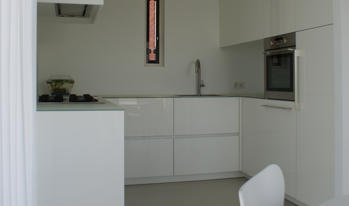 Witte keukens met grijs werkblad beste inspiratie voor huis ontwerp - Witte keuken voorzien van gelakt ...